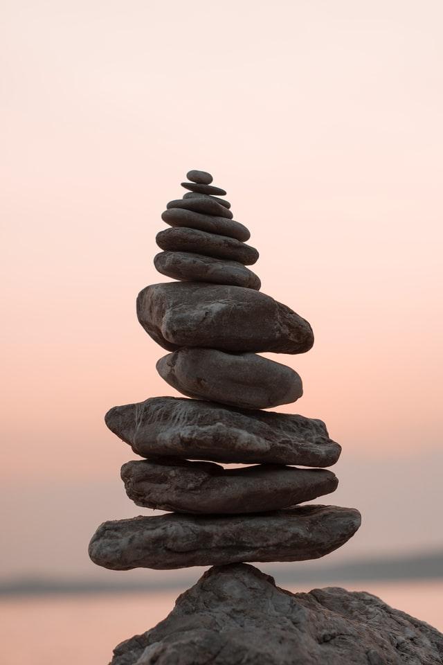Empilement de pierres en équilibre