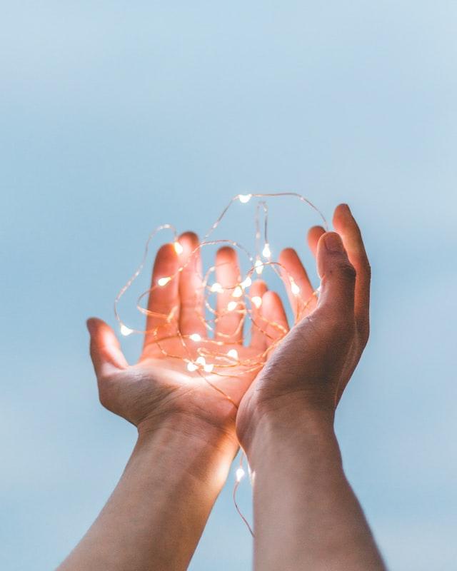 lumières dans les mains